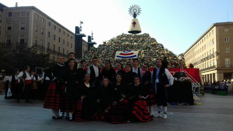 El grupo de danzas de Riaza ante la ofrenda floral de la Virgen del Pilar ayer en Zaragoza
