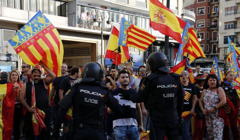 La Policía frena la contramanifestación a la marcha convocado por la Comissió 9 d'Octubre