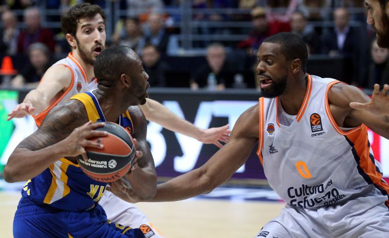 Will Thomas of Valencia Basket in action against James Anderson of Khimki Moscow