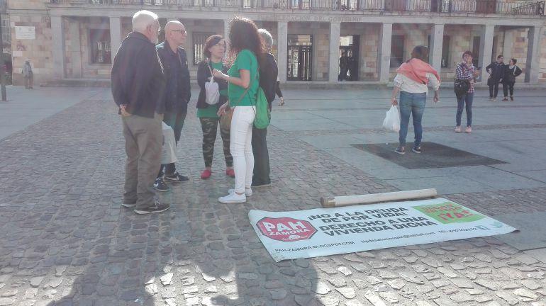 MIembros de la PAH de Zamora en la Plaza de la Constitución de la capital