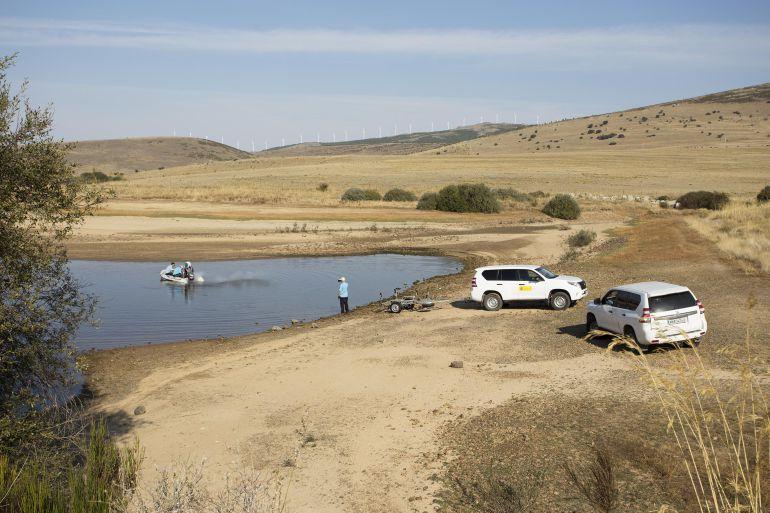 Técnicos de la Confederació Hidrográfica del Duero comprueban la calidad del agua en el Pantano de Serones