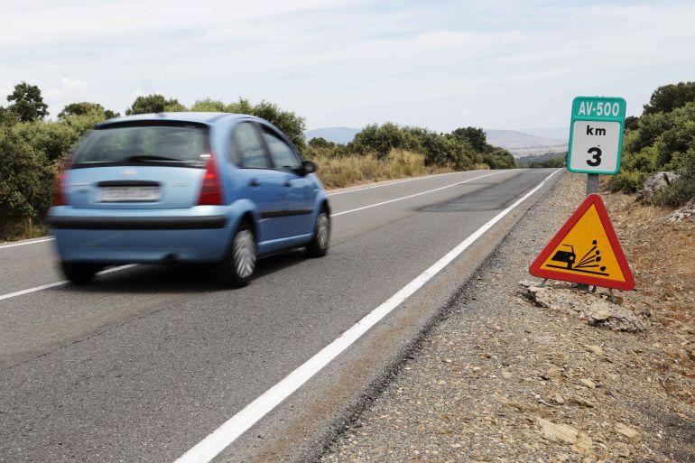 Cartel de obras en el kilómetro 3 de la carretera que une Ávila y El Espinar (Segovia)