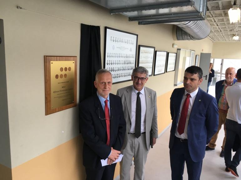 (De izquierda a derecha) el homenajeado Alfonso Fernández Canteli; Santiago García Granda, rector de la Universidad de Oviedo y Juan Carlos Campo, Director de la EPI de Gijón.
