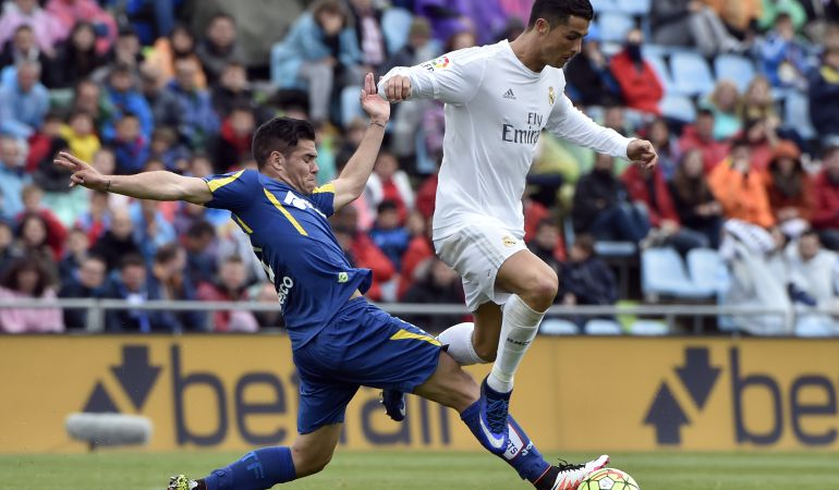 Ela zulón Buendia intenta arrebatar el balón a Cristiano Ronaldo durante un partido de la temporada 2015-16