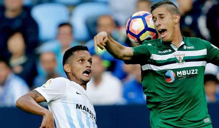 El defensa venezolano del Málaga Roberto Rosales (i) lucha el balón ante el centrocampista argentino del Leganés Alexander Szymanowski (d), durante el partido de la pasada temporada