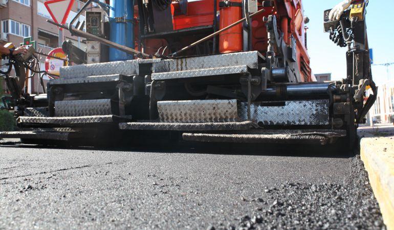 Máquinas de asfaltado trabajando