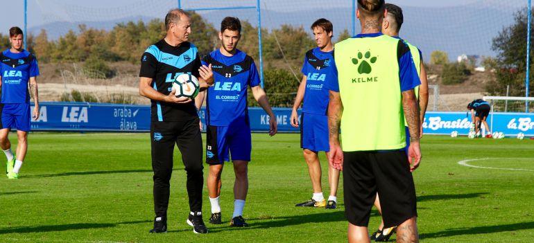 De Biasi trabajando en Ibaia con sus jugadores.