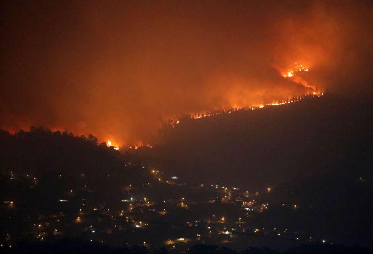 Uno de los treinta incendios forestales que arrasan la comunidad gallega se acerca al municipio de Redondela.