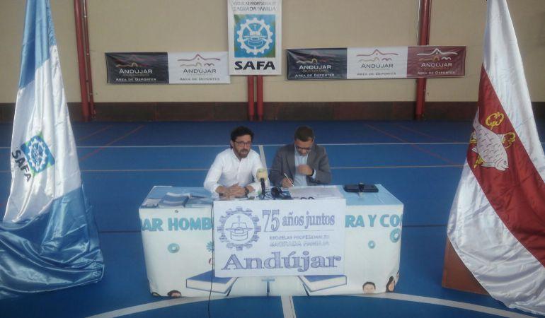 Daniel Briones, director de SA.FA. y Francisco Huertas, Alcalde de Andújar, en la firma del convenio