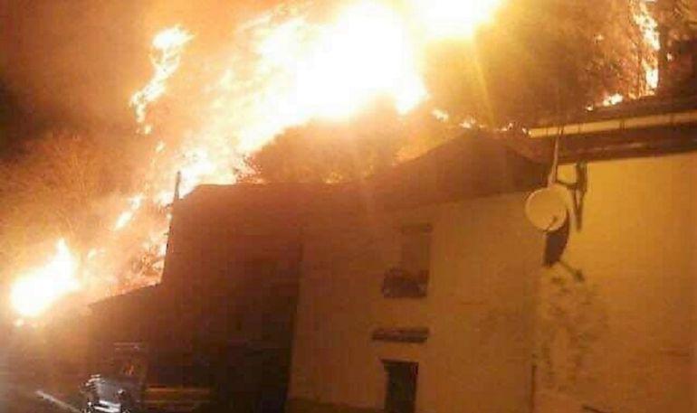El fuego amenaza unas viviendas en uno de los incendios en Cangas del Narcea