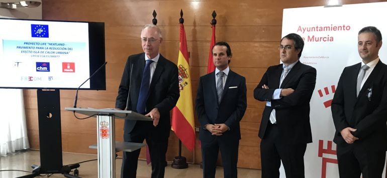 El concejal Antonio Navarro Corchón acompañado por el resto de socios del proyecto
