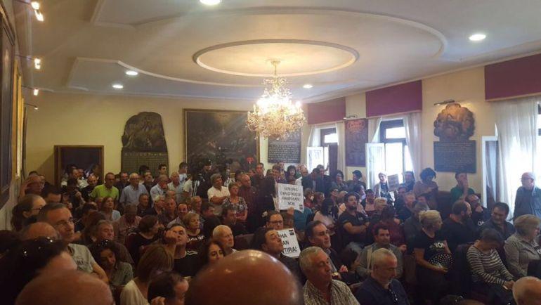 El público abarrotó el salón de plenos de Tui