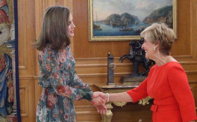 Carmen Quintanilla saluda a la reina doña Letizia