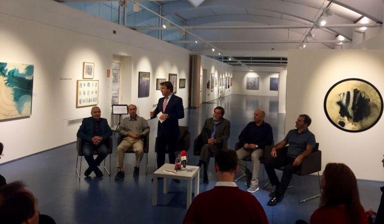 El alcalde, Jesús Moreno, ha presentado a los pintores que protagonizan la nueva exposición de la Baluarte