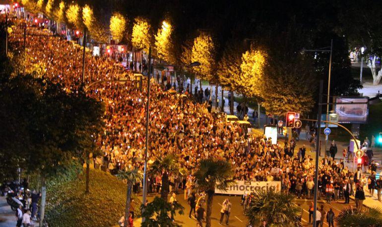 Imatge de la manifestació que ha recorregut el centre de Lleida per reclamar la posada en llibertat de Jordi Sànchez i Jordi Cuixart. Imatge del 17 d'octubre del 2017. (Horitzontal)