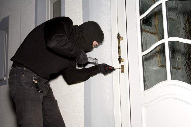 Recreación de cómo un ladrón intenta entrar en un domicilio