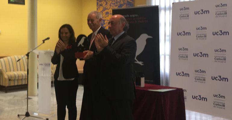 La alcaldesa de Getafe y el rector de la Universidad Carlos III han entregado el premio a Eduardo Mendoza