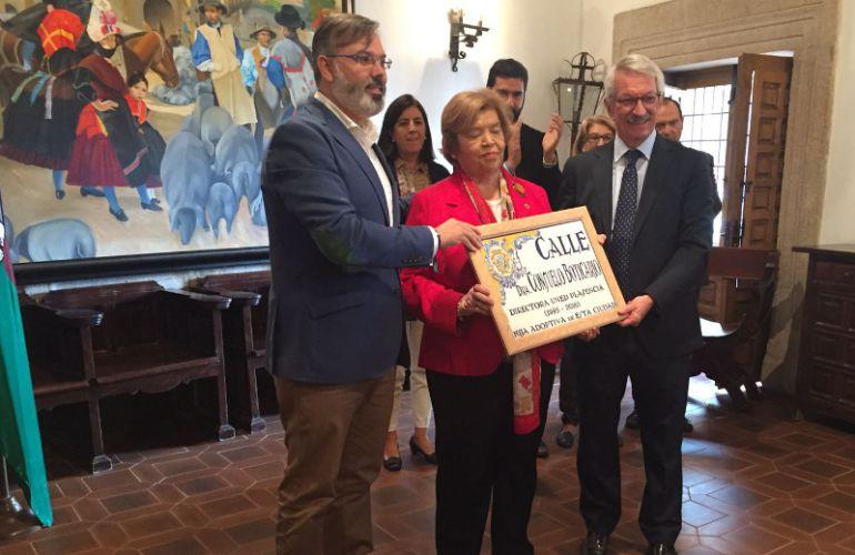 Consuelo Boticario sostiene la placa de su calle junto al alcalde (izq) y el rector de la UNED (dcha)