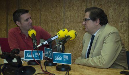 A la derecha, el comisario de la exposición y gerente de la Fundación Caja Rural de Jaén, José Luis García-Lomas.