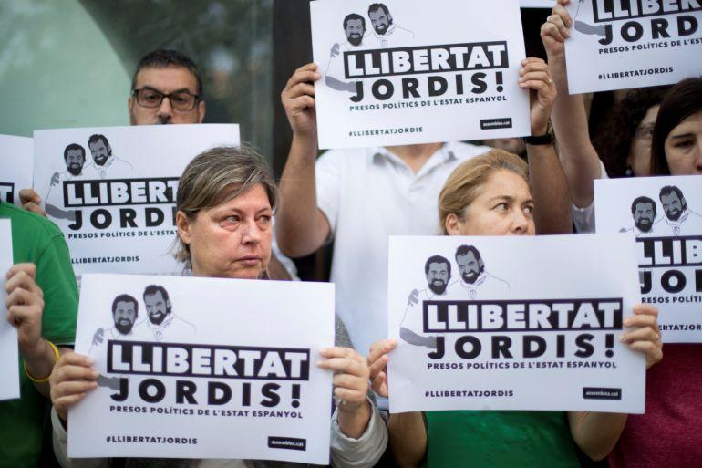 Aspecto de la concentración que se ha celebrado este mediodia ante la sede de la Asamblea Nacional Catalana (ANC) en protesta por el encarcelamiento del presidente de la ANC, Jordi Sánchez, y el presidente de Òmnium Cultural, Jordi Cuixart