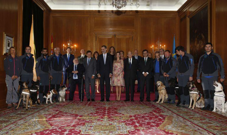 Foto de familia de los Reyes con los galardonados con las Medllas de Asturias 2017.