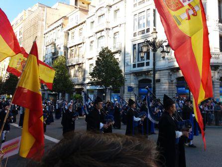 """Los participantes en la manifestación """"por la unidad de España"""", aplauden a la Banda de Gaitas Ciudad de Oviedo"""