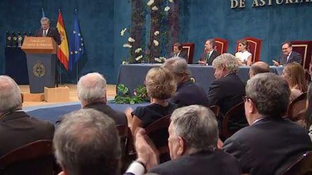 Momento de la intervención de Antonio Tajani. En la mesa presidencial de izquierda a derecha, el presidente del Principado, Javier Fernández; Felipe VI; Doña Leticia; y el presidente de la Fundación Princesa de Asturias, Matías Rodríguez Inciarte.