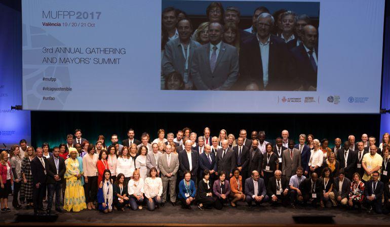 Foto de familia de los alcaldes que participan en la cumbre de Alcaldes del Pacto de Política Urbana Alimentaria que se está celebrando en Valencia