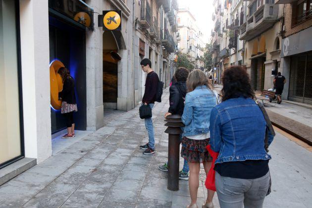 La cola en el cajero de CaixaBank de la calle Santa Clara de Girona