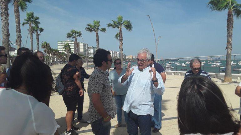 José Manuel Hesle, junto al alcalde de Cádiz, en la visita municipal al barrio de Puntales del pasado 17 de octubre