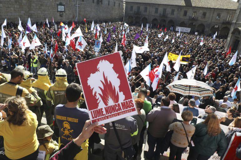 Miles de personas han marchado por las calles de Santiago de Compostela para protestar contra la ola de incendios que la pasada semana arrasó Galicia y por la que han pedido responsabilidades y dimisiones en el Gobierno gallego, incluida la del propio presidente, Alberto Núñez Feijóo