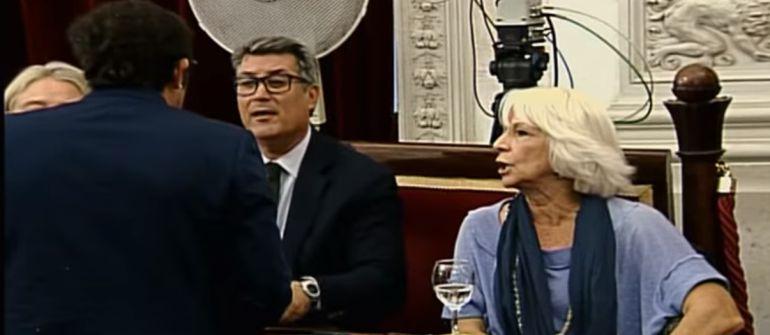 Momento del enfrentamiento entre el alcalde, Ignacio Romaní y Teófila Martínez
