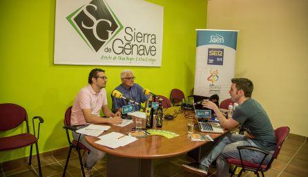 César García entrevista al alcalde de Génave, Jaime Aguilera, y al cronista local, Manuel Rodríguez.