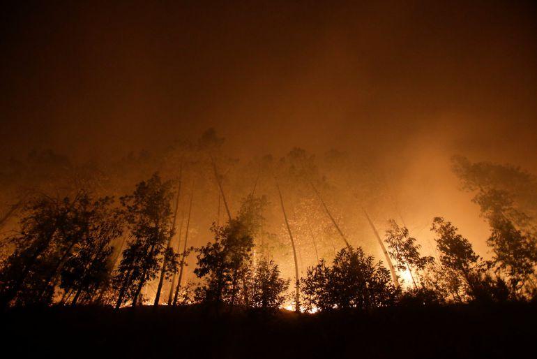 Un incendi forestal crema a prop de Vigo, a Galícia, aquest 15 d'octubre del 2017. Pla general. (Horitzontal)