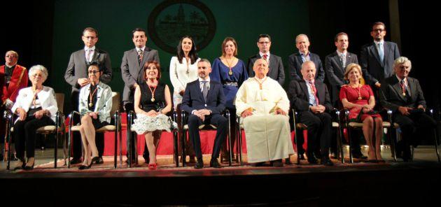 Foto de los galardonados con las distinciones honoríficas del Ayuntamiento de Córdoba 2017