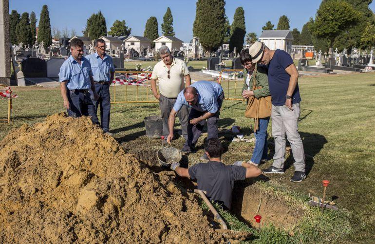 Inician la exhumación del fusilado Pedro Masera en el cementerio de La Soledad: Inician la exhumación del fusilado Pedro Masera en el cementerio de La Soledad