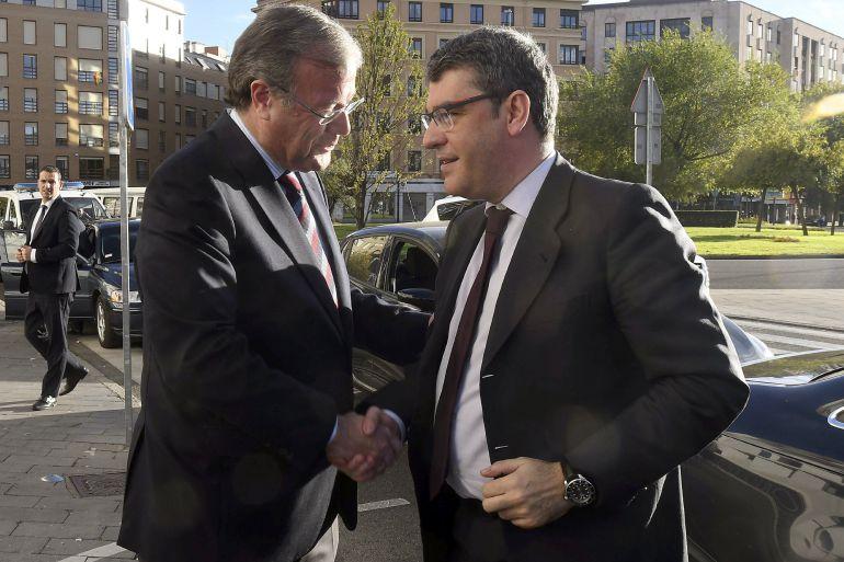 El ministro de Energía ,Turismo y Agenda Digital, Alvaro Nadal (d) y el alcalde de León, Antonio Silván (i), se saludan momentos antes de la clausura de la XI edición del Encuentro Internacional de Seguridad de la Información (Enise) que se celebra esta tarde en el Auditorio Ciudad de León