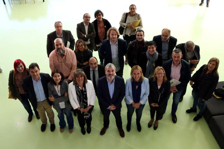 Representants municipals de l'AMB, entre ells, el segon tinent d'alcaldia de Barcelona, Jaume Collboni, i l'alcaldessa de l'Hospitalet de Llobregat, Núria Marín, el 25 d'octubre de 2017