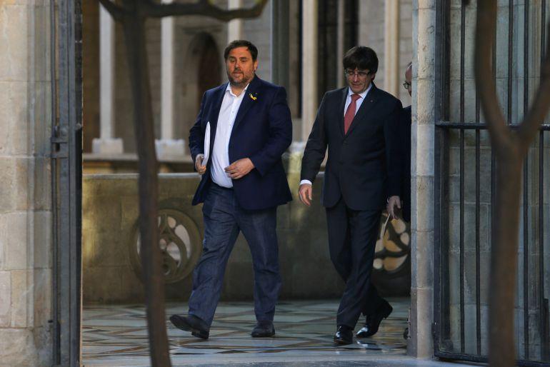 Oriol Junqueras, junto a Carles Puigdemont, durante una reunión del Govern