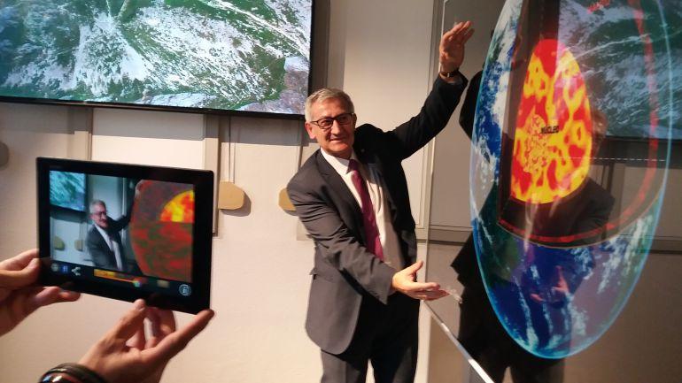 El rector de la Universidad de Oviedo, Santiago García Granda, en su visita a la reapertura del Museo de Geología tras las obras de ampliación.