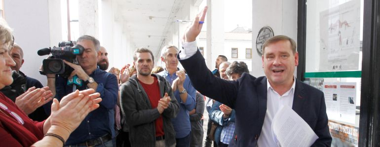 El alcalde de Fene recibe los aplausos de sus partidarios