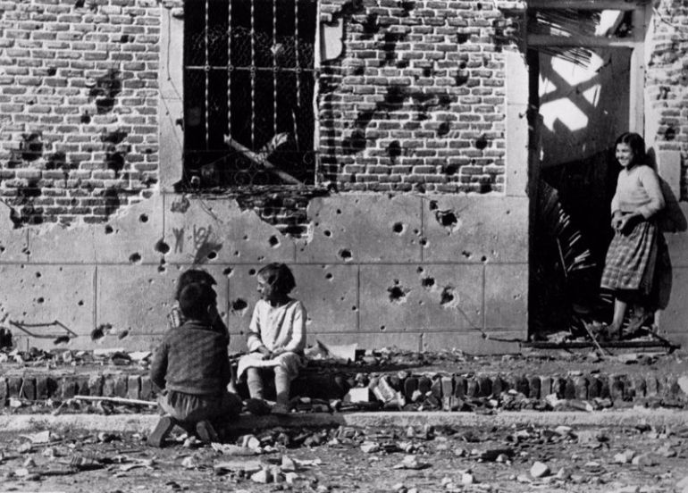 Los niños juegan ajenos al horror de la guerra ante la fachada destrozada de la Calle Peironcely 10 November December 1936 ©International Center of Photography-Magnum Photos