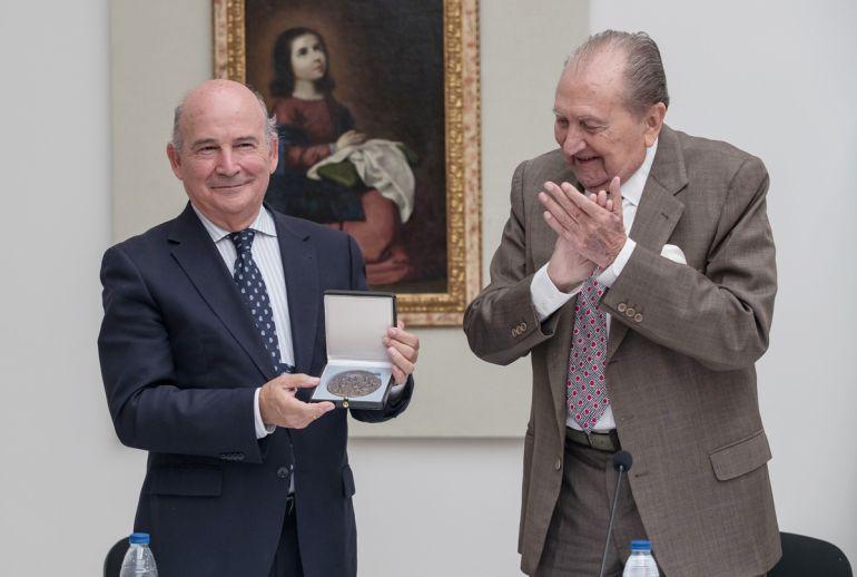 Miguel Rodríguez-Acosta entrega la Medalla de Honor de la Fundación Rodríguez-Acosta al presidente de la Fundación Cruzcampo, Julio Cuesta