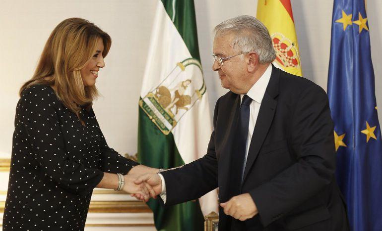 La presidenta de la Junta de Andalucía, Susana Díaz, saluda al presidente del Tribunal Constitucional (TC), Juan José González Rivas.