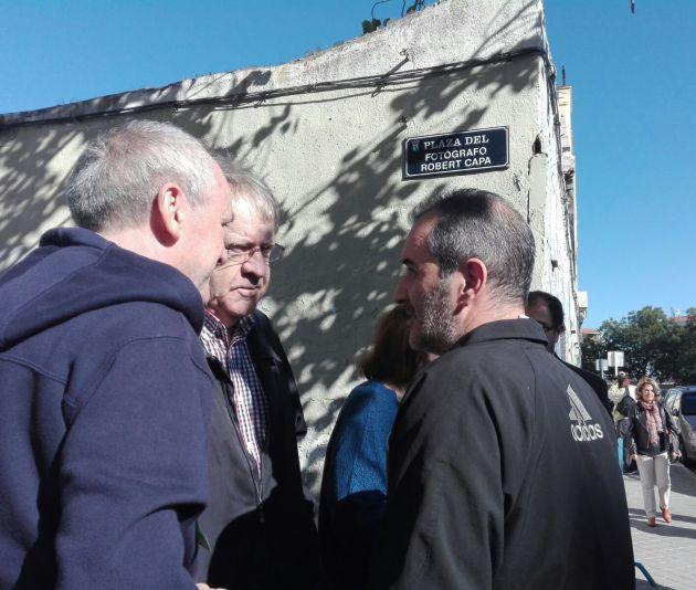 Ian Gibson (centro) charla con vecinos durante la proclamación simbólica de la plaza del fotógrafo Robert Capa.