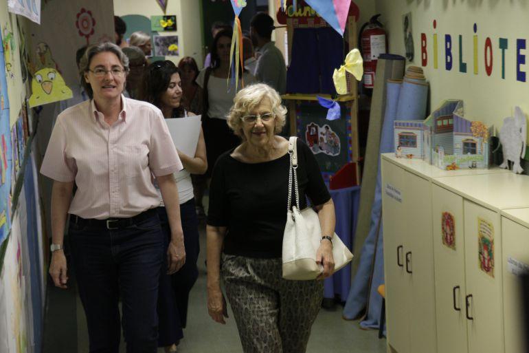 Manuela Carmena y Marta Higueras (izq), en una visita a un colegio municipal de Madrid.