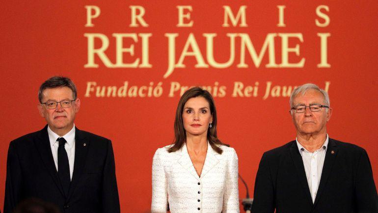 La reina Letizia junto al president de la Generaltat valenciana, Ximo Puig (i), y el alcalde de Valencia, Joan Ribó, a su llegada a la Lonja de València donde preside la vigésimo novena edición de los Premios Jaime I dedicados a la promoción de la Ciencia y la Investigación en España