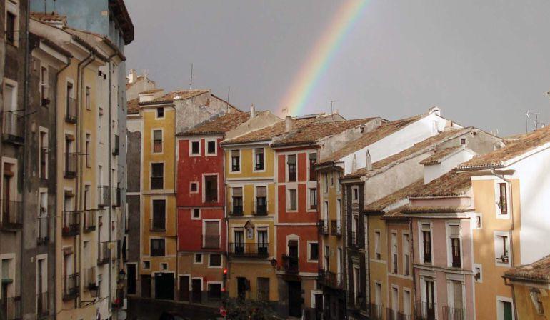 Arco iris sobre las casas con fachadas de colores de la calle Alfonso VIII de Cuenca.