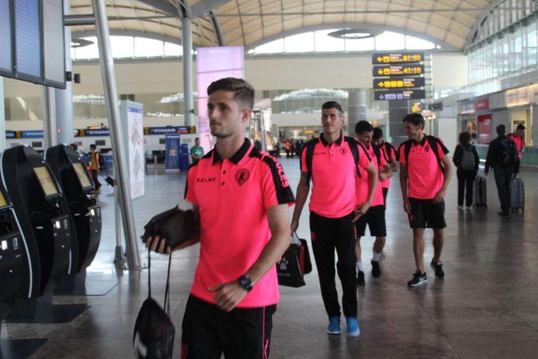 Connor y Pol Bueso, en el aeropuerto de Alicante-Elche