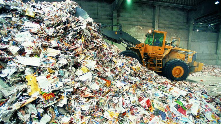 Encuentran a un menor de 16 años al vaciar un contenedor de basura de cartón